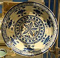 Dish with blue-and-white design, Iran, Tabriz, early 16th century, stonepaste, cobalt paint, colourless alkali glaze - Royal Ontario Museum - DSC04609.JPG