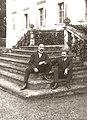 Don Jaime sentado con Juan Vázquez de Mella en la escalinata del palacio de Frohsdorf.jpg