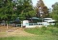 Een hele lange ingewikkelde waterglijbaan die niet eindigt in het water maar op een grasveld. - panoramio.jpg