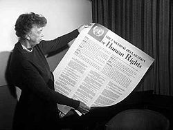 Eleanor Roosevelt exibe cartaz contendo a Declaração Universal dos Direitos Humanos (1949).