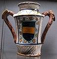 Faenza, alaberello con doppio manico a forma di drago e stemma baglioni di eprugia, 1480-90 ca..JPG