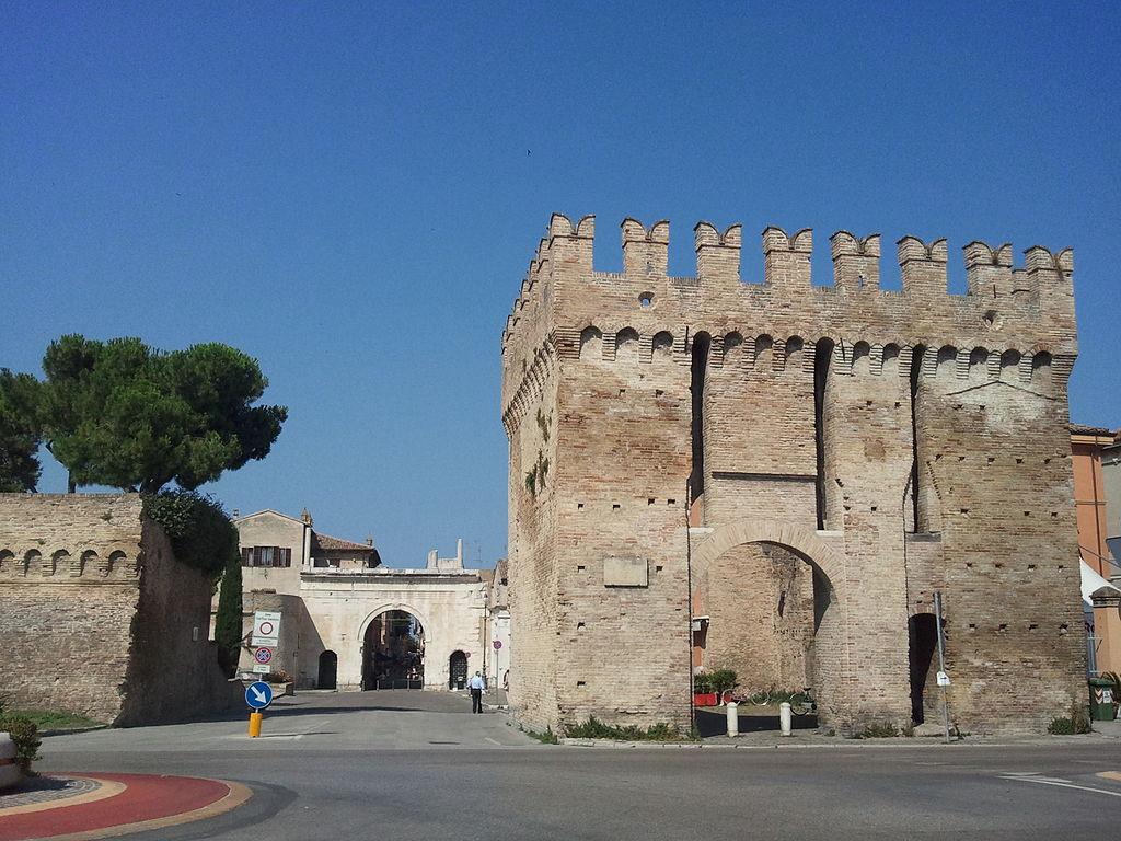 Puerta Mayor y, al fondo, Arco de Augusto. Por Parsifall