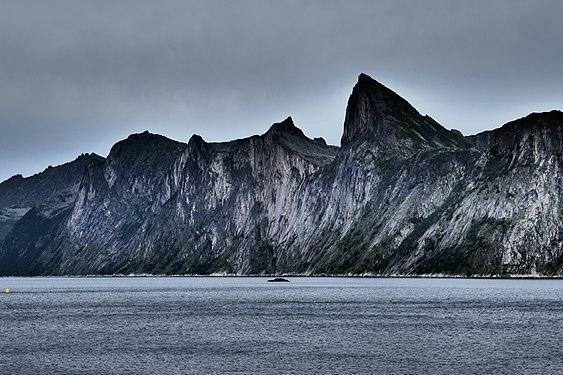 Felswand im Fjord, Mefjord, Senja, Norway.jpg