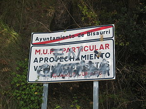 "La Franja - A graffiti on a road sign in Bisaurri. The road sign is written in Spanish and the graffiti says ""En català"" (In Catalan)"
