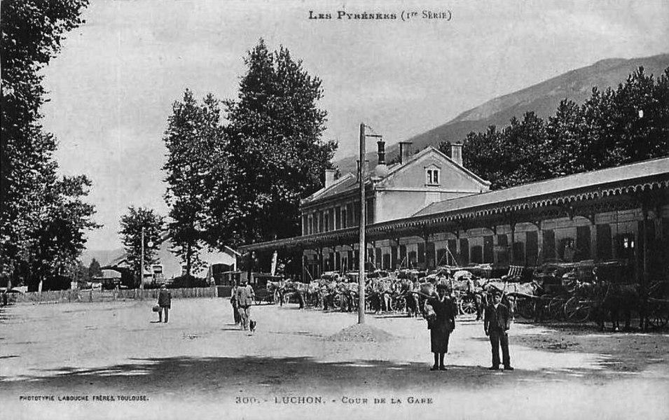 La cour extérieure de la gare de Luchon, avec les voitures et les omnibus pour les curistes de la station thermale de Bagnères-de-Luchon.