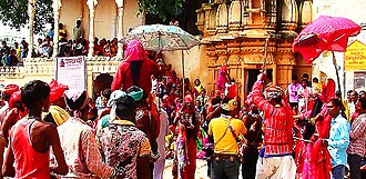 Gavari - Bhilurana: on left the British invaders, on right Bhils preparing to resist. The green parasol marks the Empress of India, Queen Victoria; the red Goddess Kali, the Bhils' secret power source.