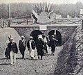 Grand Prix de l'ACF 1906, le tunnel du Pont-de-Gennes permet aux spectateurs de circuler sous la route durant l'épreuve.jpg