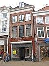 foto van Woonhuis met bakstenen lijstgevel en jongere Art Déco-winkelpui