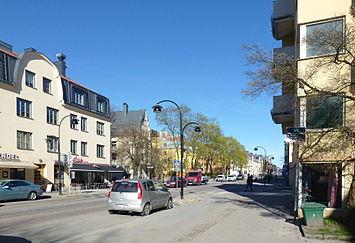 Hägersternsvägen i april 2014, vy mod øsert (t.v.) og vy til vest.