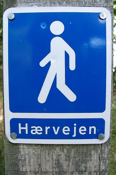 File:Hærvejen vandretureskilt.jpg