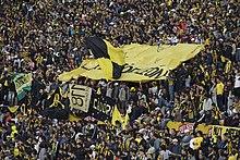 La tifoseria del Peñarol, che occupa la curva Amsterdam del Centenario