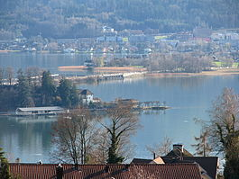 Seedamm and Hurden, as seen from Frohberg hill in Kempraten-Lenggis, the Capuchin monastery in Rapperswil to the left, Pfäffikon in the background (March 2010)