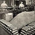 In de granaten fabriek Het afdraaien van Marine granaten voor oorlogsschepen.jpg