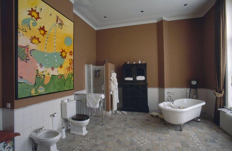 Mozaiek Badkamer Plaatsen ~ Description Interieur, overzicht badkamer met schilderij van Slaats