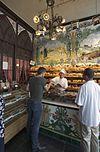 interieur van de bakkerswinkel met bakker en klanten -