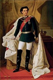 König Ludwig II. von Bayern in Generalsuniform mit dem Krönungsmantel.jpg