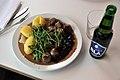 Kødboller med kartofler, flødesauce og tyttebær og øl (5198918171).jpg