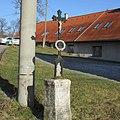 Kříž za obecním úřadem ve Vokově (Q67181383).jpg