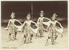 KITLV 3908 - Kassian Céphas - Dancers from the Kraton Yogyakarta perform a dance called Beksan Djajeng Sekar with Menak Kontjar and Koeda Rangin - Around 1885.tif