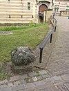 foto van Heeswijk: los klein element langs toegangspad