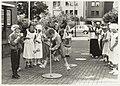 Kinderen van de Franciscusschool in Bennebroek in kleding stijl 1929 t.g.v. het 60-jarig bestaan van de school. NL-HlmNHA 54031678.JPG