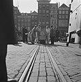 Kisten worden op lorries en smalspoor het gebouw van de Nederlandsche Bank aan d, Bestanddeelnr 900-8702.jpg
