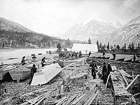 Construction d'embarcations en bois sur les rives du lac Bennett (1897-98).