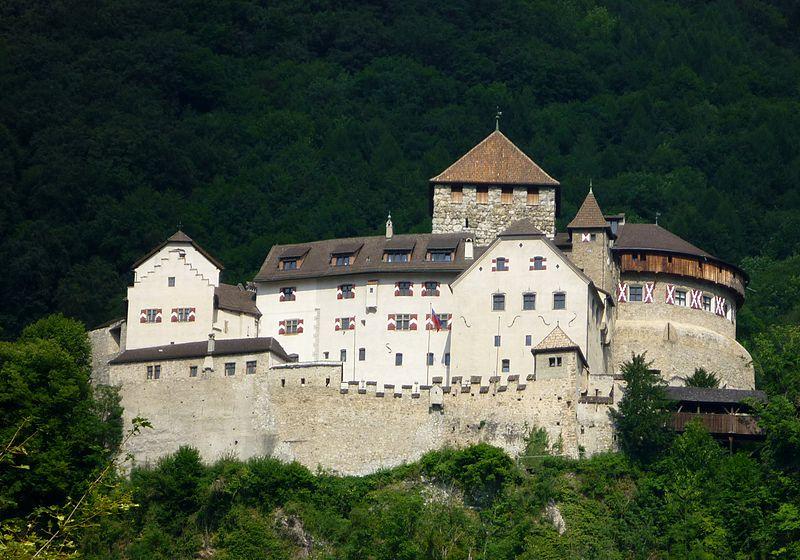 Pendragon en el Ducado de Cornwall 800px-Liechtenstein_Schloss_Vaduz
