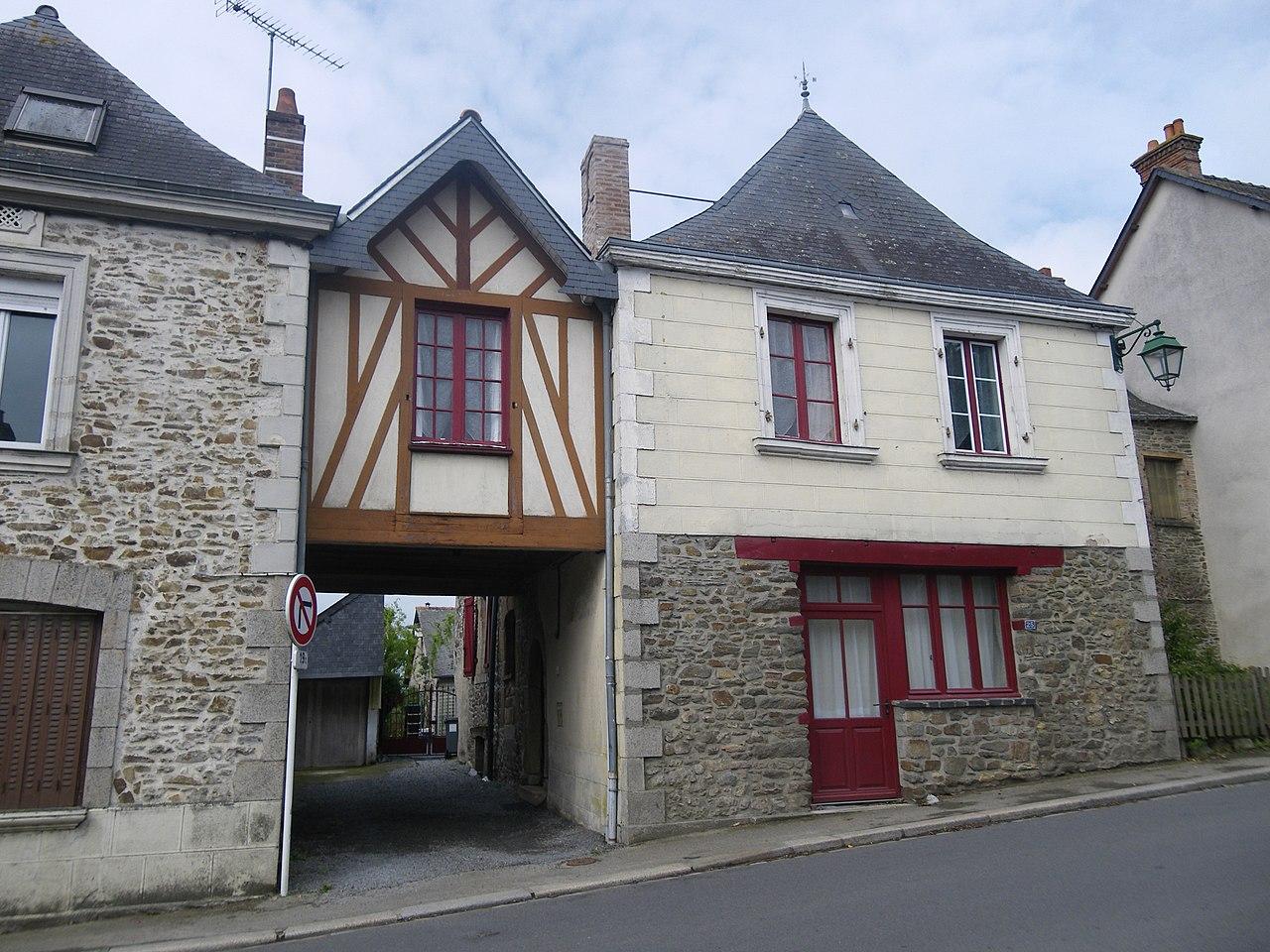 File:Maison ancienne a gennes sur seiche - panoramio (1).jpg ...
