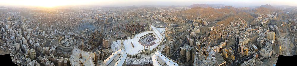 لقطة بانورامية لمدينة مكة ويظهر المسجد الحرام بمنتصف الصورة.