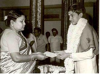 Sri Raja-Lakshmi Foundation - Smt.Mahalakshmi Raja presenting the 1985 Raja-Lakshmi Award to Mandolin Srinivas