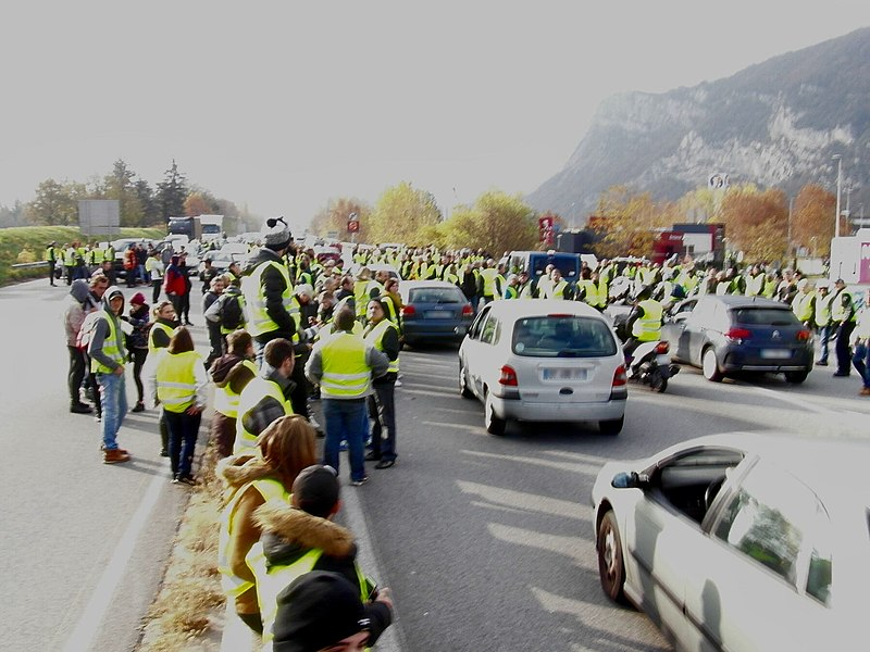 File:Manifestation des gilets jaunes sur l'A51.jpg