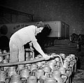 Melkfabriek man vult de melkbussen, Bestanddeelnr 252-9452.jpg