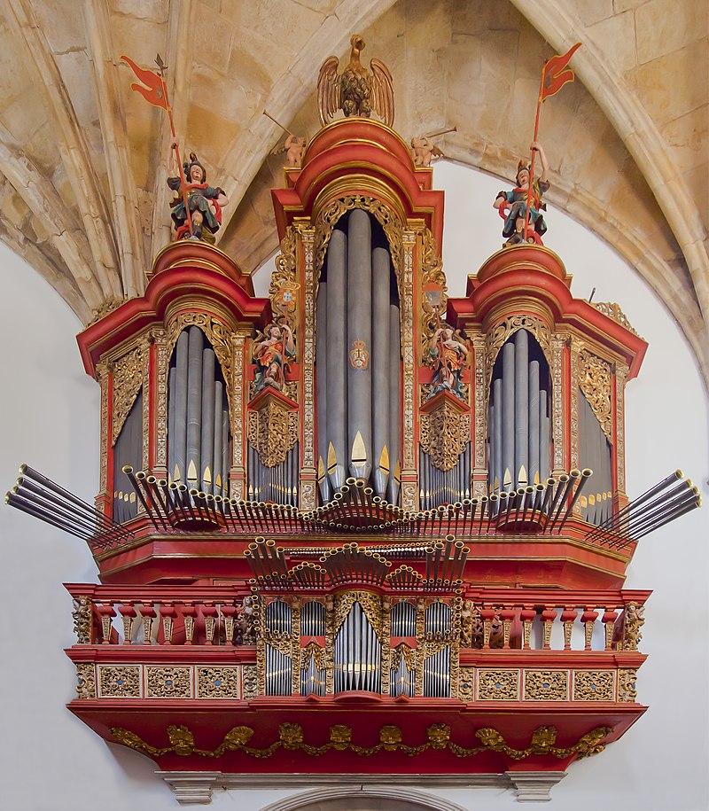 Orgue du monastère de la Sainte-Croix, à Coimbra, au Portugal.  (définition réelle 3649×4175)