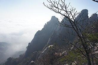 Dobongsan - Image: Mount Dobongsan peaks Seoninbong (708m), Manjangbong (718m), Jaunbong (740m) and Shinseondae (730m)