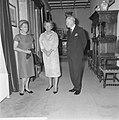 Mr DU Stikker en diens echtgenote worden door koningin Juliana op Paleis Soes, Bestanddeelnr 916-6273.jpg