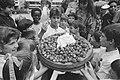 Nieuwe oogst aardbeien van eigen bodem. Danny de Munk ontvangt reuze beschuit me, Bestanddeelnr 933-6817.jpg