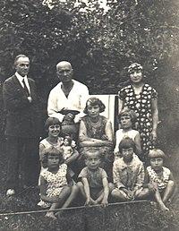 W dolnym rzędzie z wędką, w ogrodzie u państwa Kudelskich w Nowej Wilejce