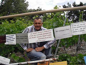 En 2009 devant sa plaque à la vigne à Farinet plus petite vigne au monde propriété du 14e dalaï-lama.