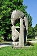 PL-PK Mielec, rzeźba Brzemię (Ludmiła Stehnova 1969) 2016-08-12--09-28-34-002.jpg