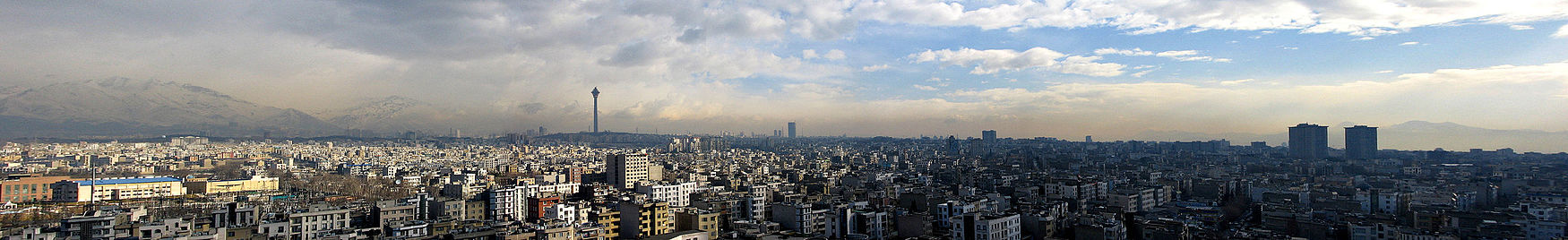 תמונה פנורמית של טהראן ביום. ברקע הרי אלבורז, בצד שמאל ניתן להבחין במגדל מילאד)