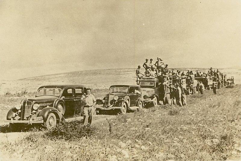 שיירת רכבים בדרכה לעלות על הקרקע בארץ ישראל המנדטו