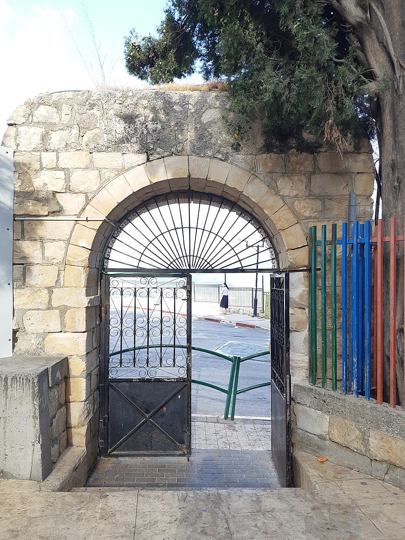 """השער של בית ספר """"מזרחי"""" לשעבר"""