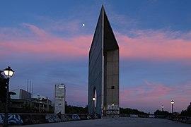 Planetario Madrid, arco del rocodromo al anochecer.jpg