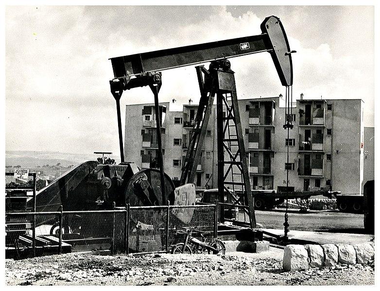 File:Pozzo petrolifero, Ragusa 1956 - san dl SAN IMG-00002972.jpg