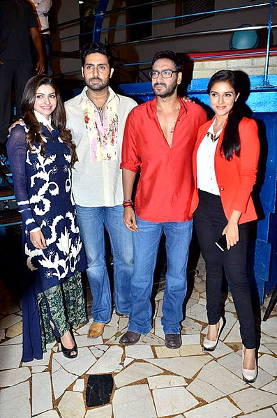 File:Prachi Desai, Abhishek Bachchan, Ajay Devgn, Asin 'Bol Bachchan' team on the sets of Taarak Mehta Ka Ooltah Chashmah 04.jpg