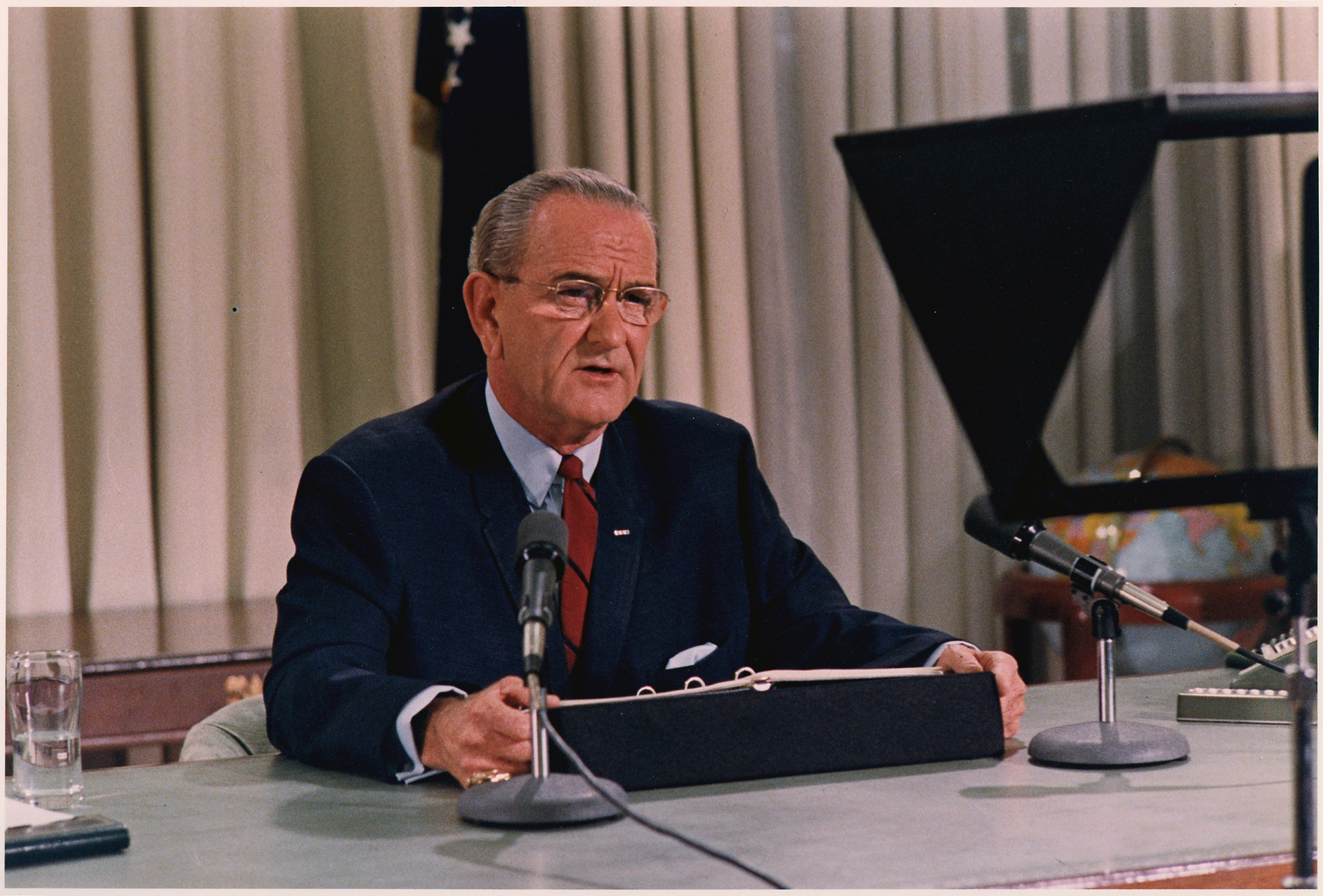 https://upload.wikimedia.org/wikipedia/commons/thumb/8/85/President_Lyndon_B._Johnson_speech_re_bombing_halt_and_decision_not_to_run_for_re-election_-_NARA_-_192620.tif/lossy-page1-1920px-President_Lyndon_B._Johnson_speech_re_bombing_halt_and_decision_not_to_run_for_re-election_-_NARA_-_192620.tif.jpg