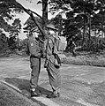 Prins Bernhard schudt een soldaat van het regiment Stoottroepen de hand, Bestanddeelnr 255-7995.jpg
