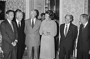 Christian de Duve - Dutch Queen Beatrix meets 5 Nobel Prize winners: Paul Berg, Christian de Duve, Steven Weinberg, Manfred Eigen, Nicolaas Bloembergen (1983)