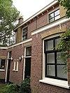 foto van Blok van vier rug-aan-rug gebouwde woningen op vierkante plattegrond, bestaande uit begane grond en verdieping onder een plat dak